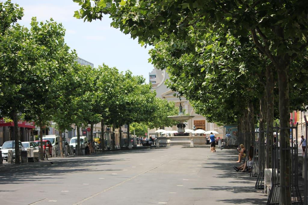 Place du Marché (marché de produits locaux le mercredi et samedi matin et jeudi soir) / Place du Marché (market selling local products on Wednesday & Saturday morning and on Thursday evening)
