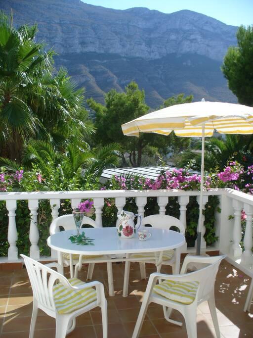 Terasse mit Blick in den Garten und auf den Pool/terrasse with garden view and pool view