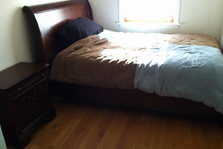 Furnished Room 1 blk from Beach - Far Rockaway