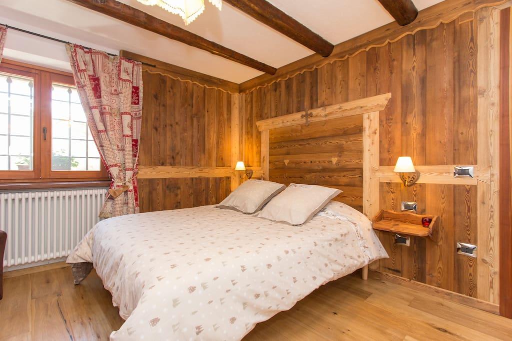 Confortevole e suggestiva camera padronale con boiserie in legno