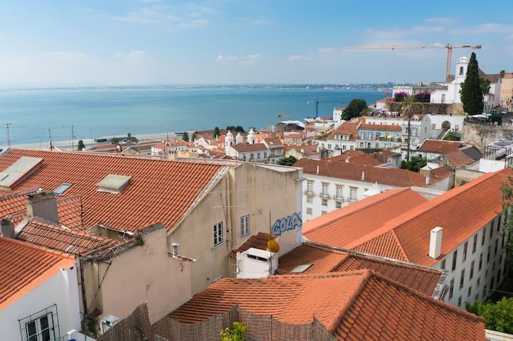 Vue sur le Tage, au pied du Chateau - Lisbona - Appartamento