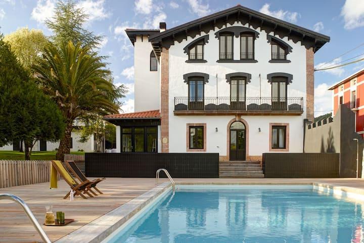 Etxelaia, villa con piscina en el Pais vasco
