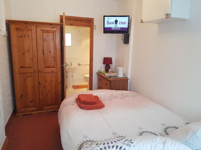 Airport/NEC - clean, private double room, bathroom