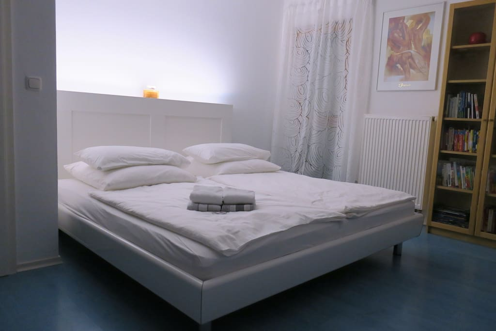 Charmantes zimmer mit king size bett houses for rent in for Bett 2x2 meter