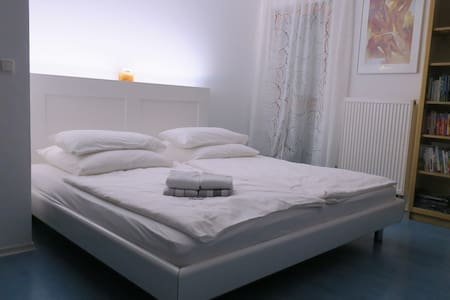 Charmantes Zimmer mit King-Size-Bett
