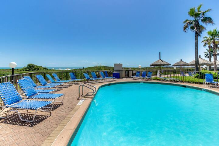 Oceanfront condo with w/multiple pools, hot tubs, tennis courts & a restaurant!