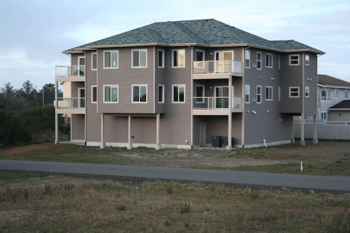 Exquisite 3 Bedroom Brand New Condo - Ocean Shores - Apartment