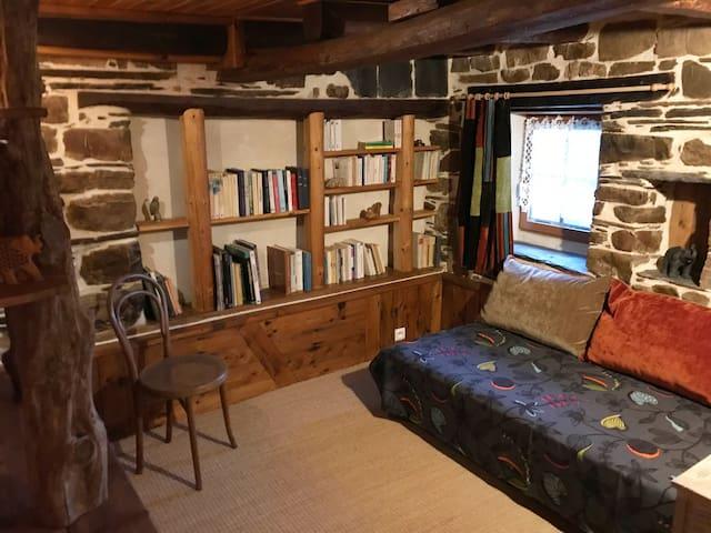 """Une petite chambre au 1er étage façon """"boudoir"""" - lit simple (90x200)"""