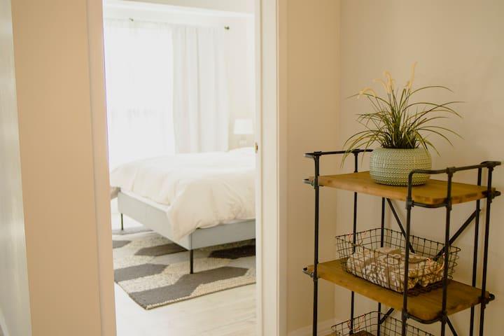first bedroom queen bed/ primer cuarto cama queen