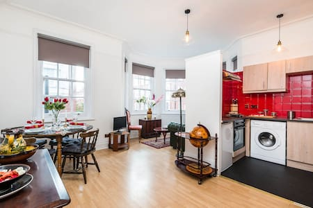 The Cheerful Spirit Boutique Suite in Centre - London - Serviced apartment