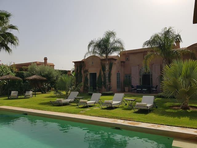 villa jardin piscine