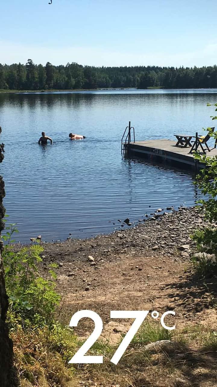 Fin stuga i Småland nära skog och sjö