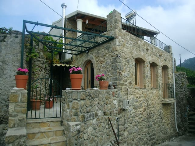 Refurbished old stone house - Makrades - House