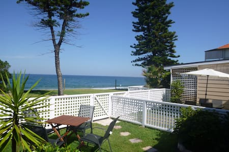 Private Beachfront Apartment Backyard to Beach; 3 - Narrabeen