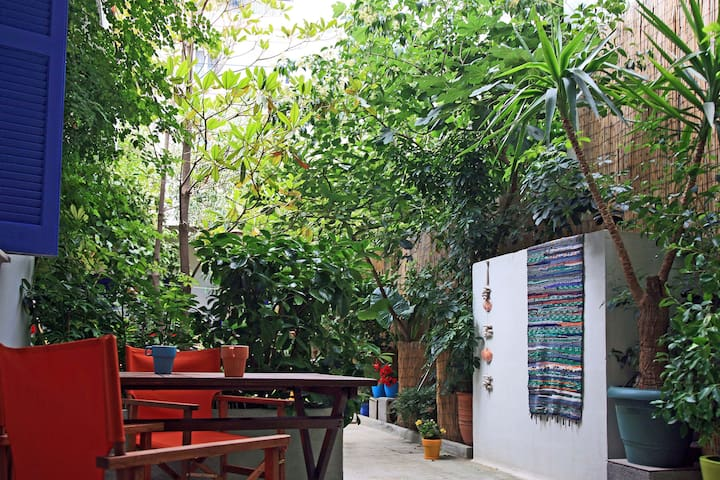 AN OASIS IN THE CENTER OF ATHENS - Tavros