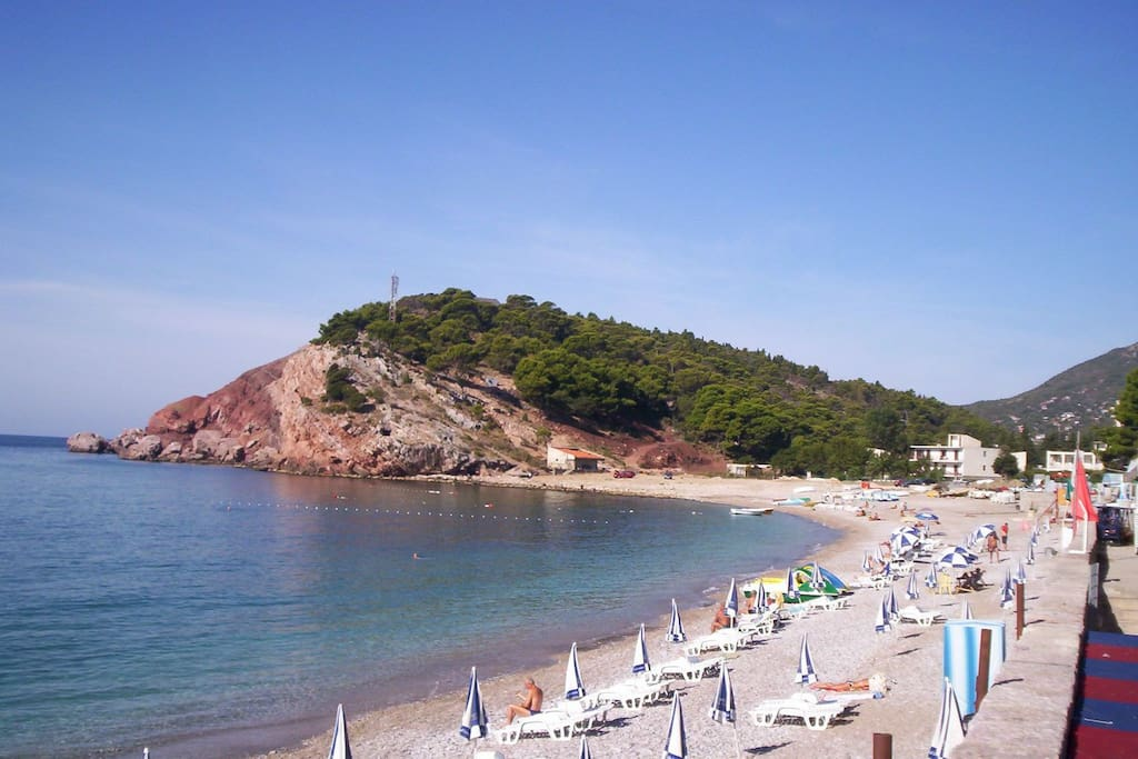 Ближайший к квартире пляж/Nearest to the flat beach spot - view to the house