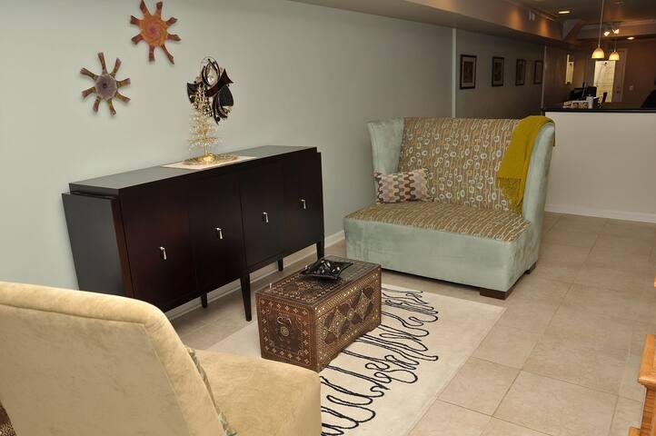 Sunny Bedroom with En Suite Bath