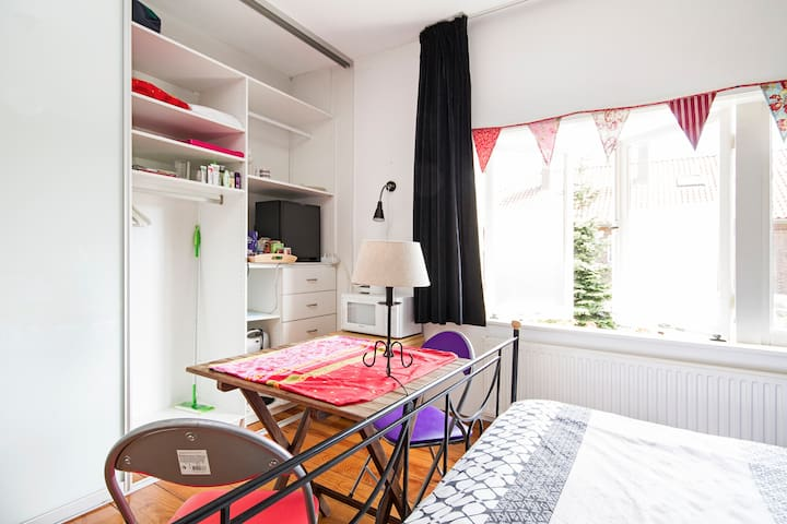 Great bed, tasty breakfast, wifi, safe location! - Utrecht