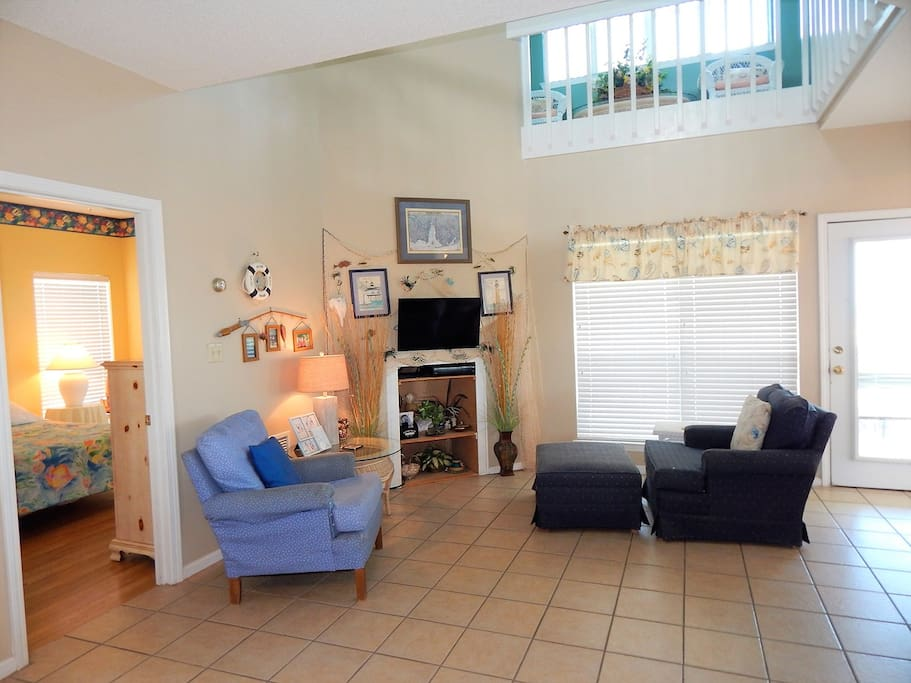 Couch,Furniture,Chair,Floor,Flooring