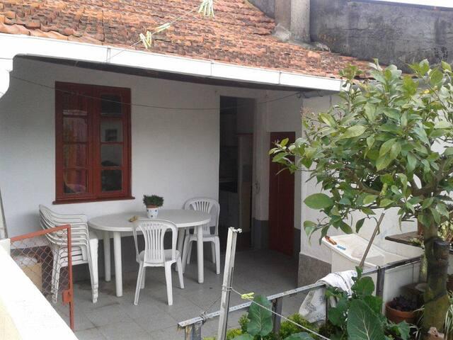 Petite maison, terrasse et jardin