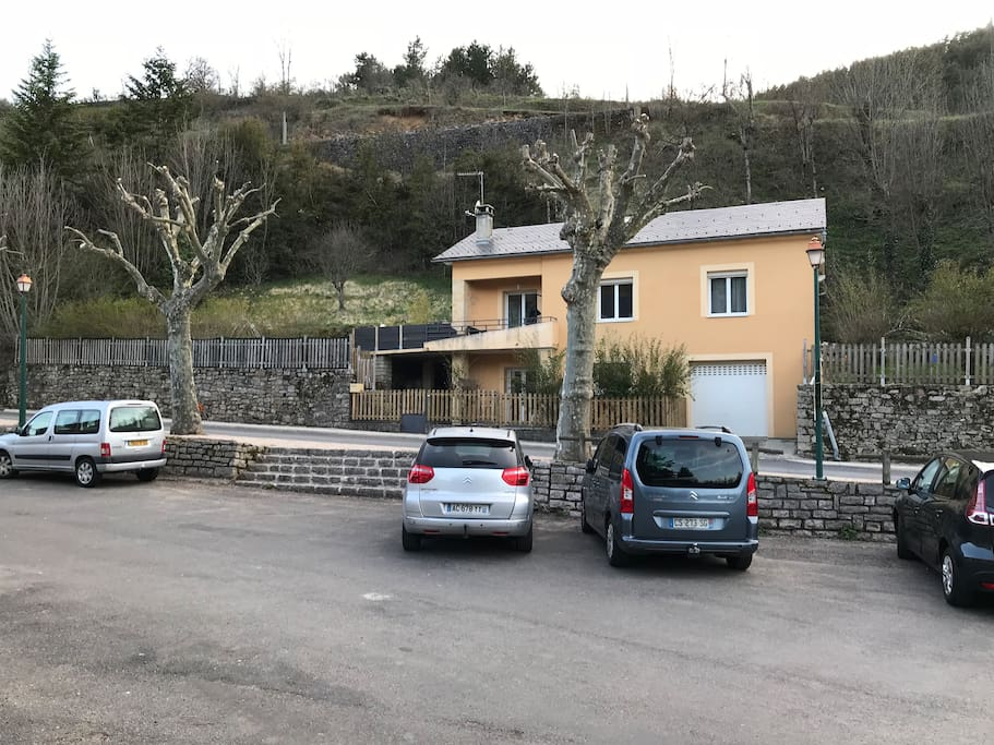 Vue d'ensemble de la maison avec Parking