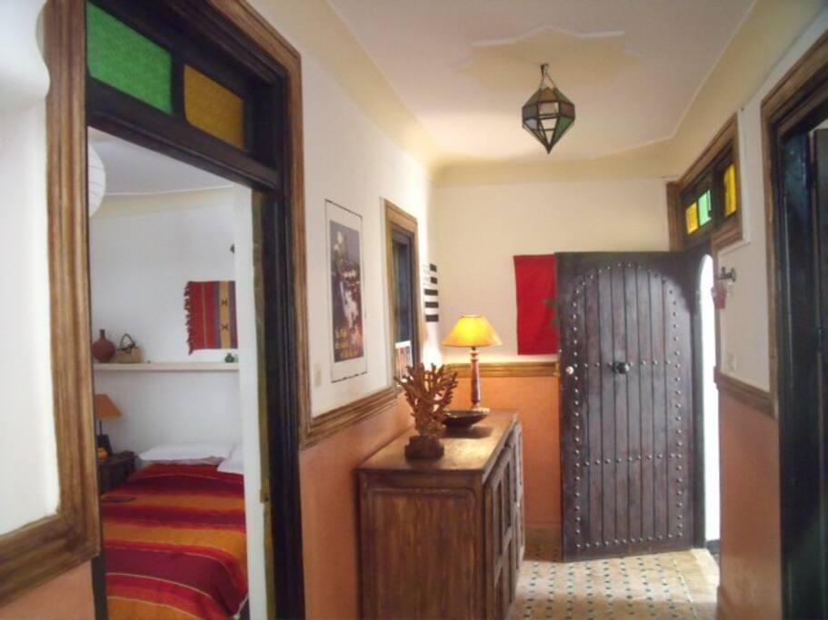 grand couloir entrée  donnant sur la chambre lit double