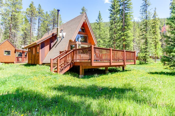 Classic A-frame cabin in tranquil setting, near skiing & hiking