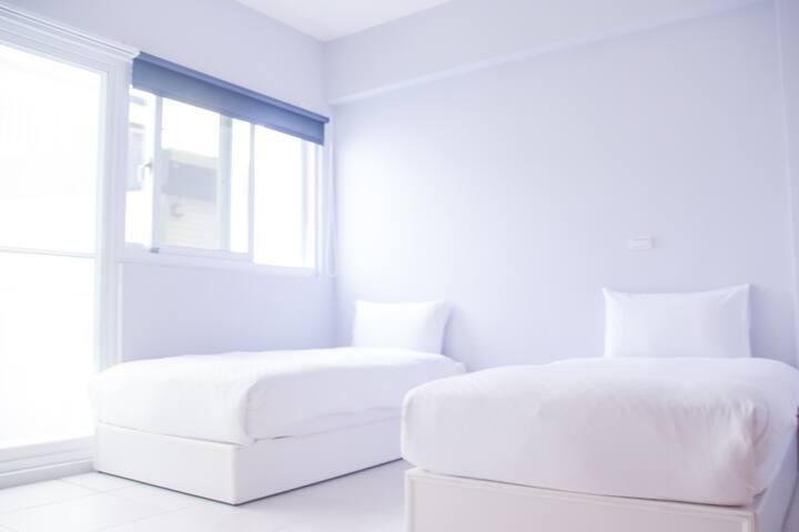 1218 home》純白一單一單床‧雙人房 獨立衛浴 私人露台,Netflix影音,近夜市海邊