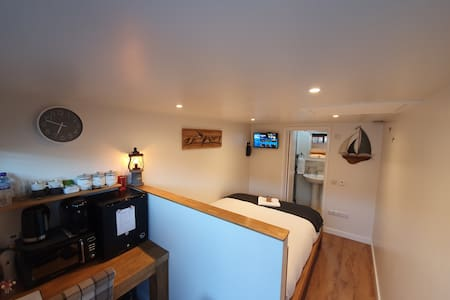 Private Annex in Chippenham with Sky TV & Parking!