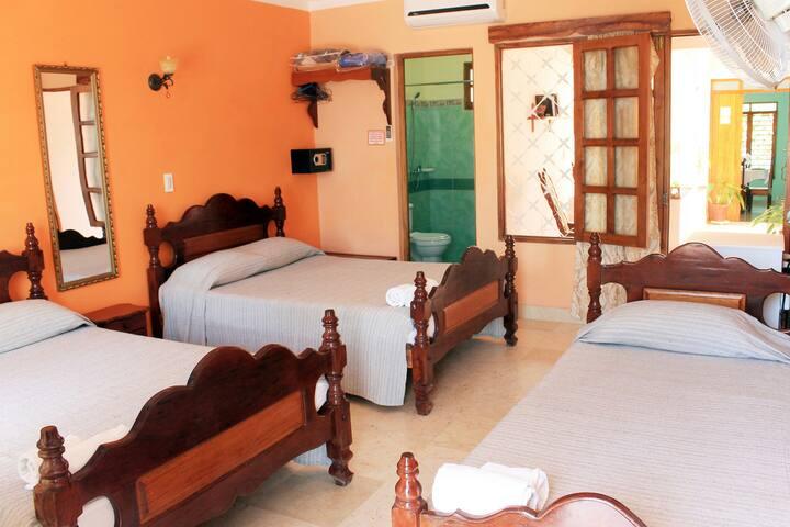 Casa Los Herederos (Hab triple) con terraza y wifi