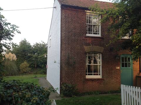 Holt area - 1860 gorgeous cottage