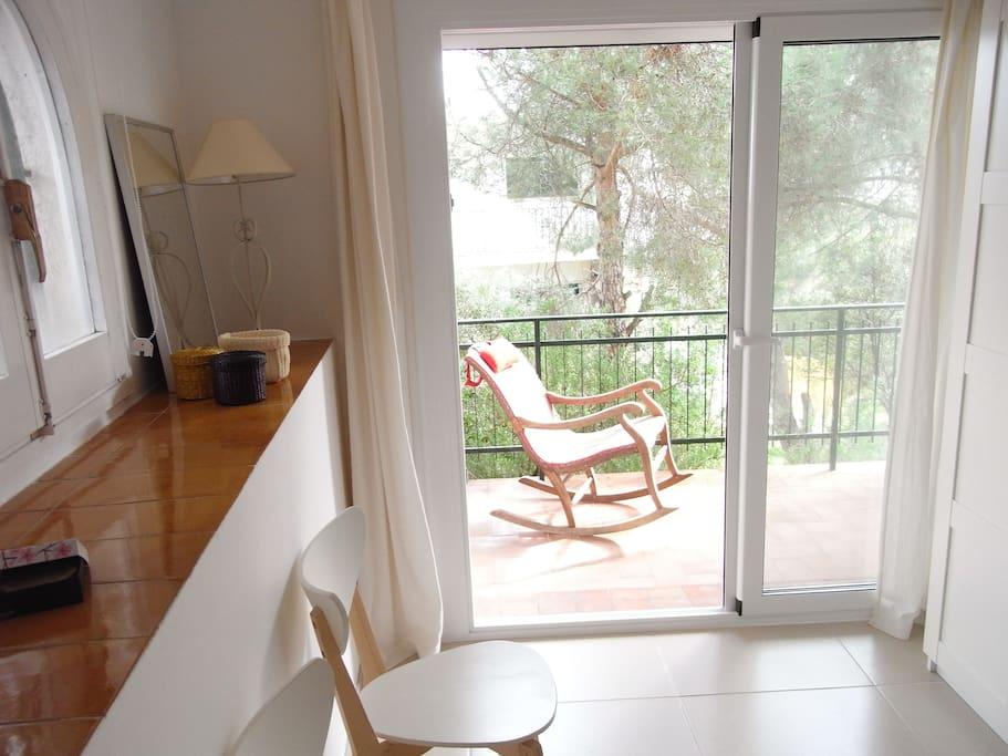 vue sur la terrasse depuis la chambre 1