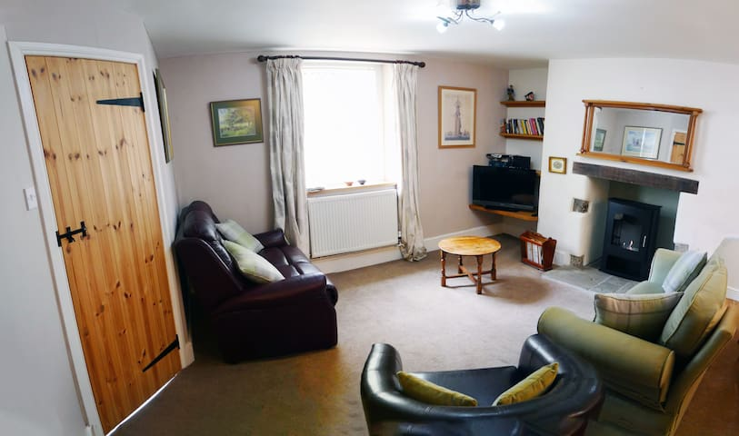 Charming private cottage in town centre +EV charge