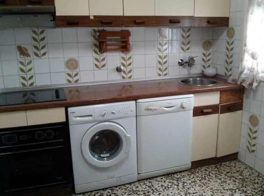 Cocina  equipada. Horno, lavadora, lavavajillas.