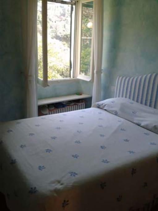 la camera da letto matrimoniale con vista sulla valletta retrostante la casa
