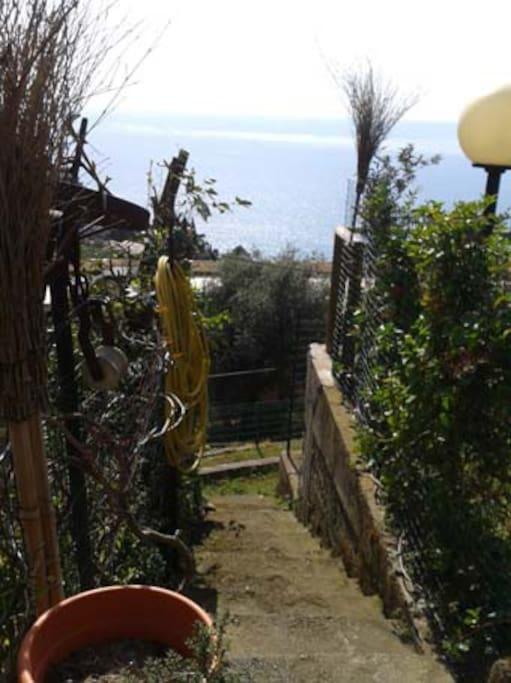 Il sentiero di 100 metri che conduce alla casa, con una meravigliosa vista sul mare