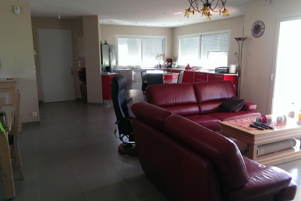 Pièce à vivre avec cuisine 61 m2, clim terrasse, parking