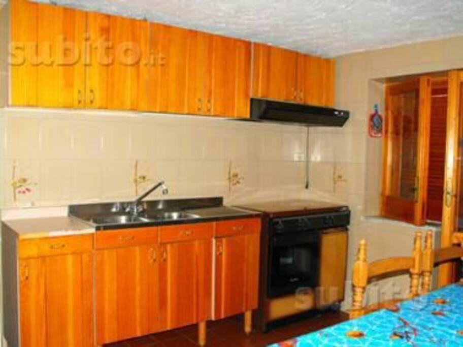 Cucina abitabile con accesso diretto al terrazzo
