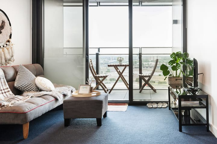 Admire the Waterfront from Docklands Harbour Flat
