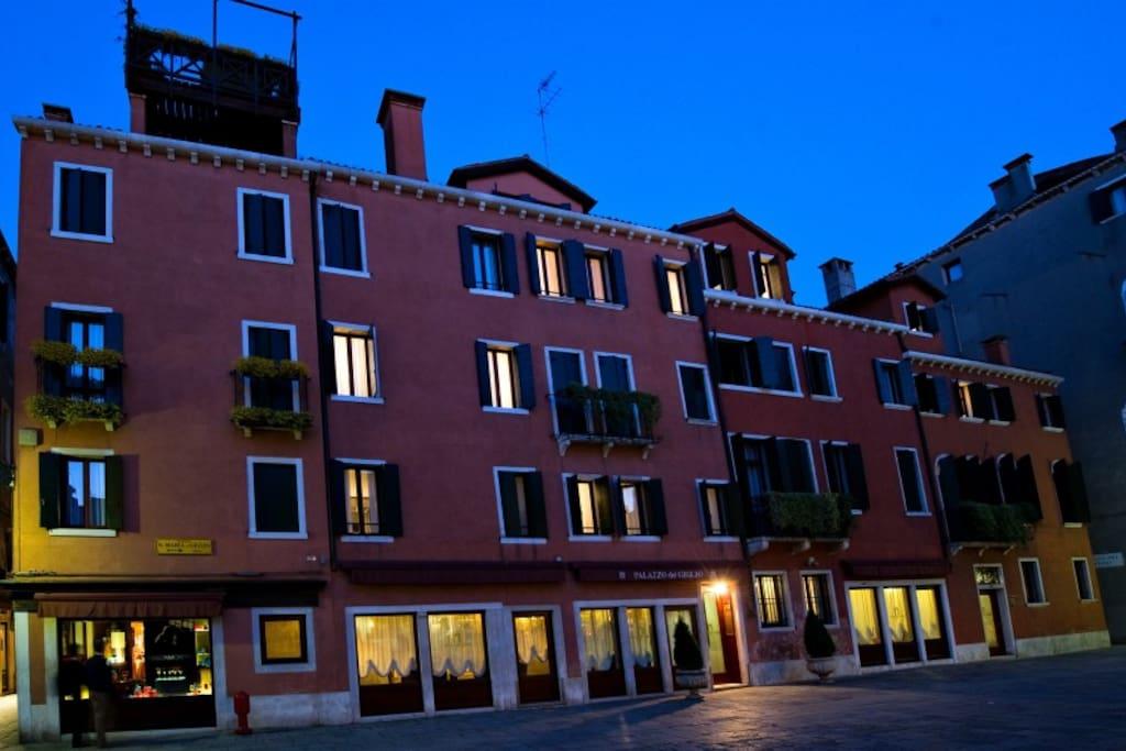 Palazzo del Giglio visto dalla piazza