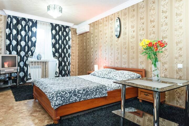 1Room semi-luxury Apt on Nezalezhnoi Ukrainy 63