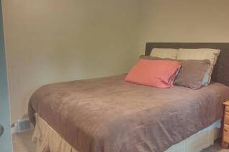 1 private guest spare room in North Hills - Pittsburgh - Casa