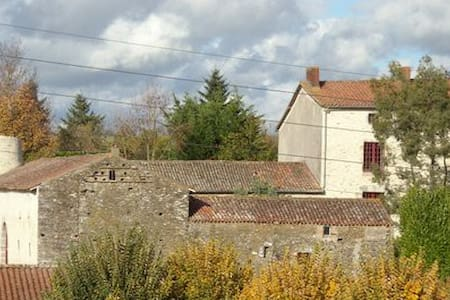 Logis La TOUR des LAUDES - Breuil-Barret - Bed & Breakfast