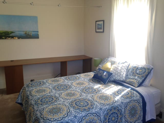 Bedroom 4, Queen