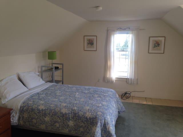 Bedroom 5, Queen