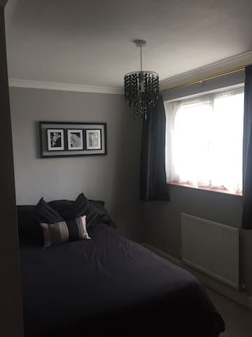 Double bed, on main bus route - Stevenage - House