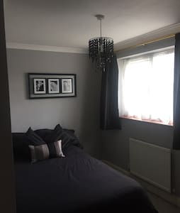 Double bed, on main bus route - Stevenage - Haus