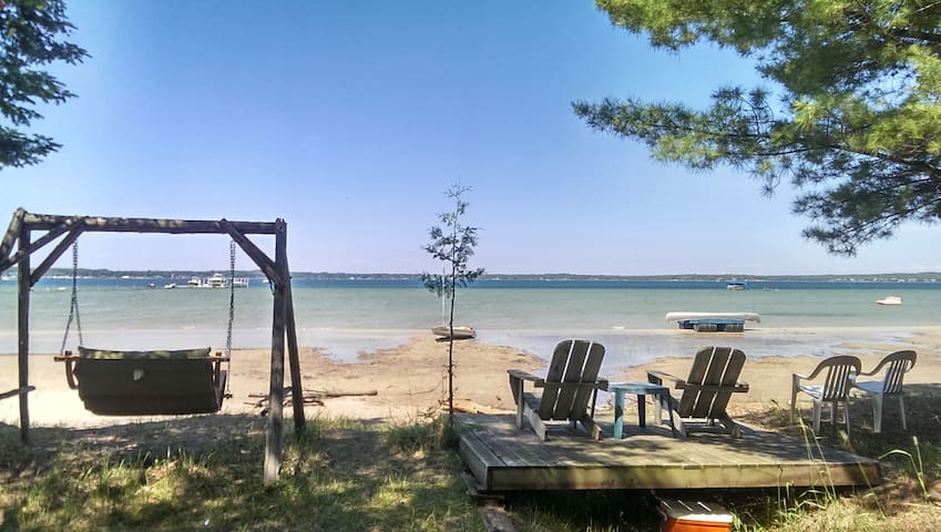 Private Vacation Cabin w/ Lake Charlevoix Frontage - Charlevoix - Cabaña
