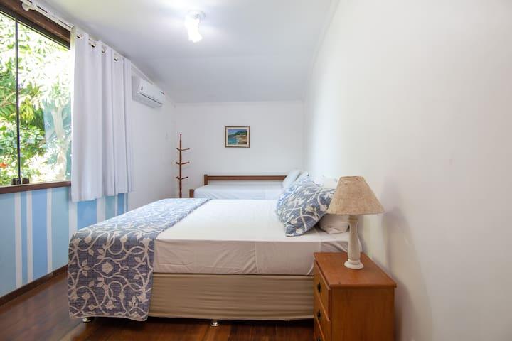 Quarto 3 - 1 cama queen size +2 camas solteiro