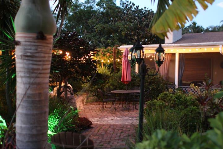Secret Garden Oasis w/hot tub- Family Suite -2 rms